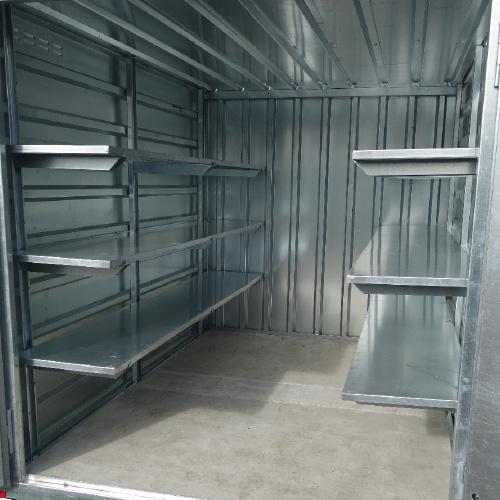 conteneur avec étagères en métal