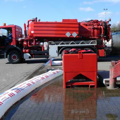 Barrage de sol gonflable rangé dans un coffre en aluminium pour inondations montée de l'eau contaminée
